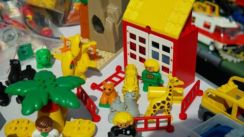 zoo-themed lego set with bear, giraffe, tiger, seals, dinosaurs, zookeeper, doctor, and police